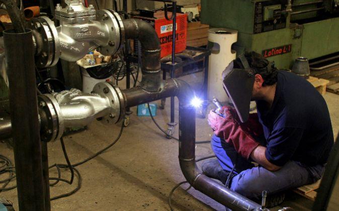 Obrero en fábrica metalúrgica