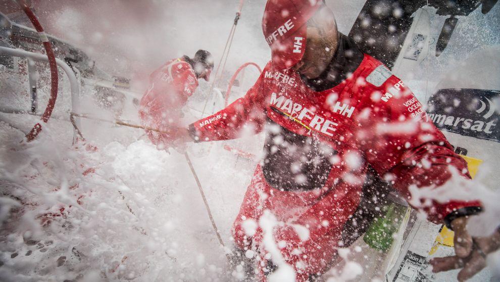 Pablo Arrarte y Rob Greenhalgh durante una guardia con mucha agua en...