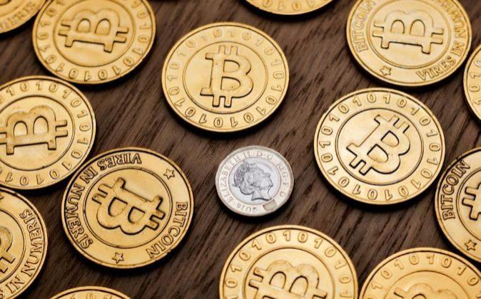 Monedas de bitcoin y de una libra