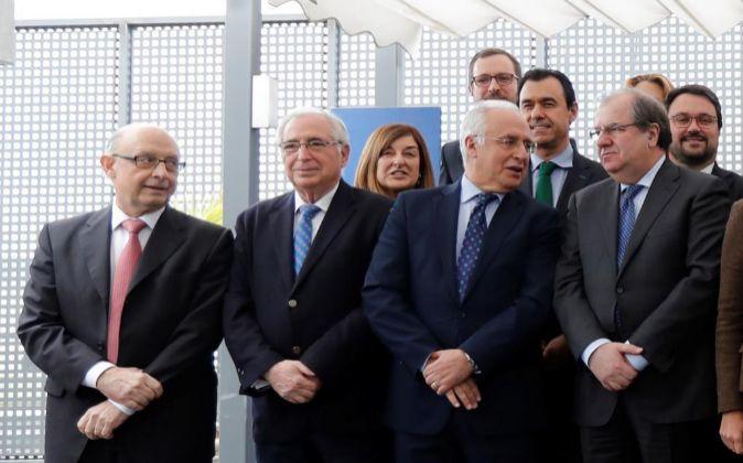 El ministro de Hacienda, Cristóbal Montoro (i), el presidente de...