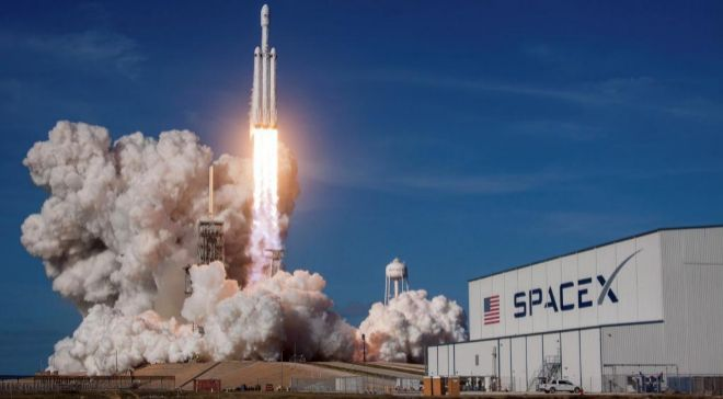 Fotografía cedida por SpaceX donde aparece el cohete Falcon Heavy...