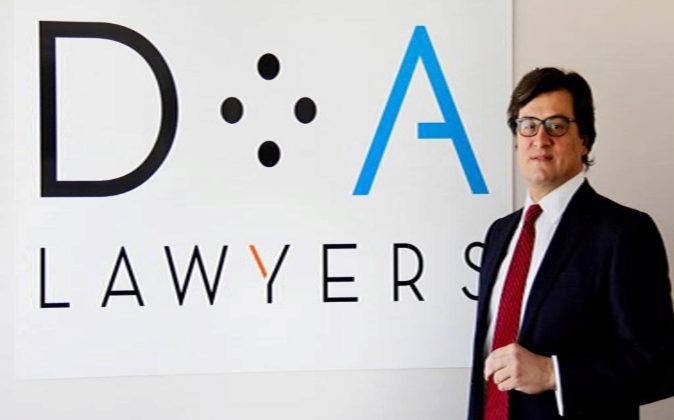 Ivo Portabales, socio director de DA Lawyers, y el nuevo logo.