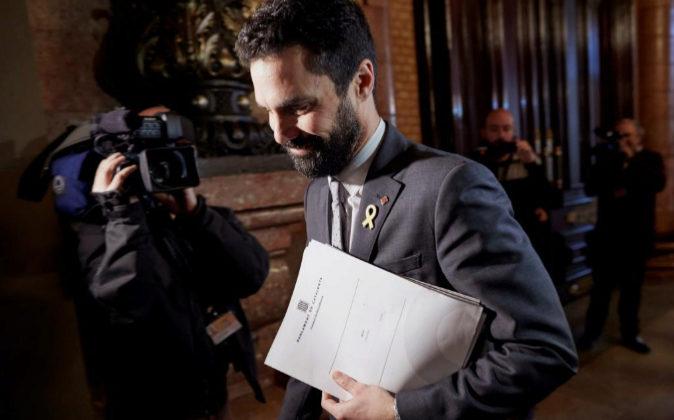 El presidente de la cámara catalana, Roger Torrent, se dirige hoy a...