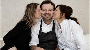 El chef Nacho Manzano, en el centro, dos estrellas Michelin en Casa...