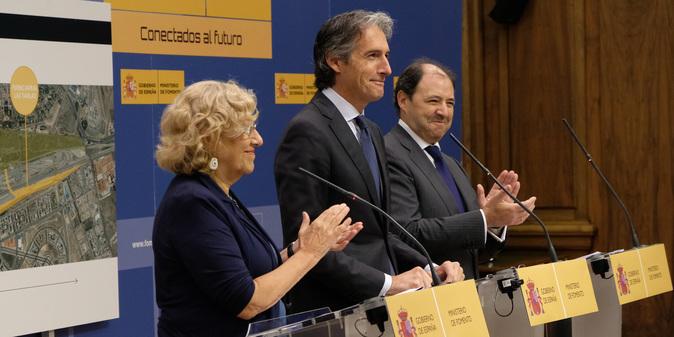La alcaldesa de Madrid, Manuela Carmena, el ministro de Fomento,...