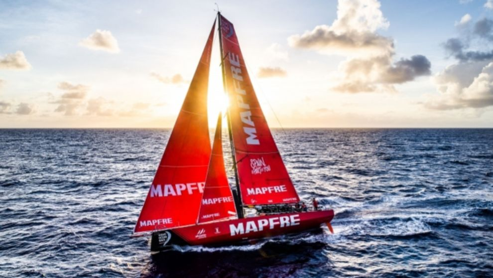 El barco Mapfre disputando una de las pruebas de la Volvo Ocean Race....