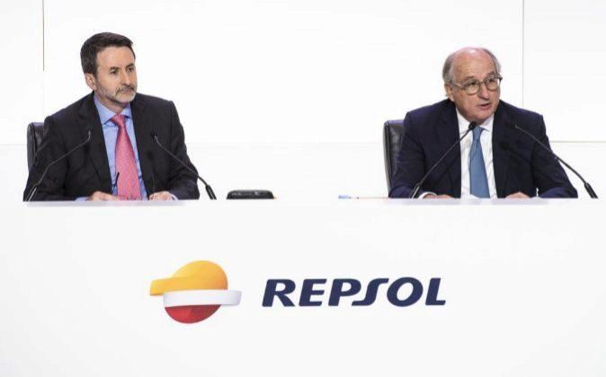 Josu Jon Imaz y Antonio Brufau durante la junta de accionistas de...