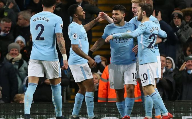 Los jugadores del Manchester City celebran un gol durante un partido...