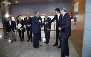 El consejero de Hacienda, Pedro Azpiazu, saluda al diputado general de...