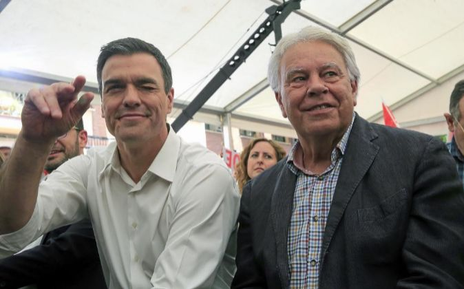 El secretario general del PSOE, Pedro Sánchez (i), junto al...