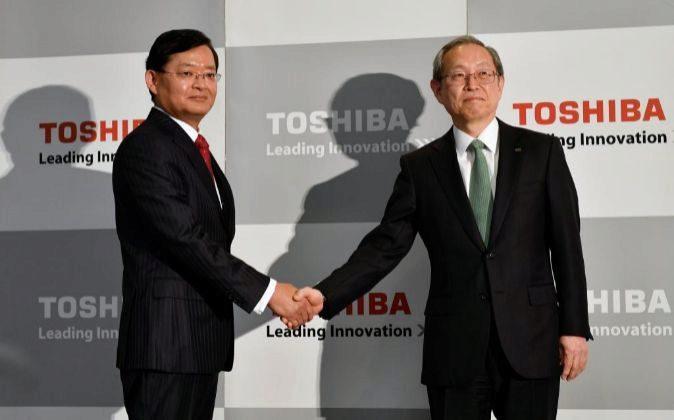 El presidente saliente de Toshiba, Satoshi Tsunakawa (d), ofrece una...