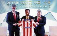 Wang Jianlin (centro), propietario de Wanda, junto al presidente del...