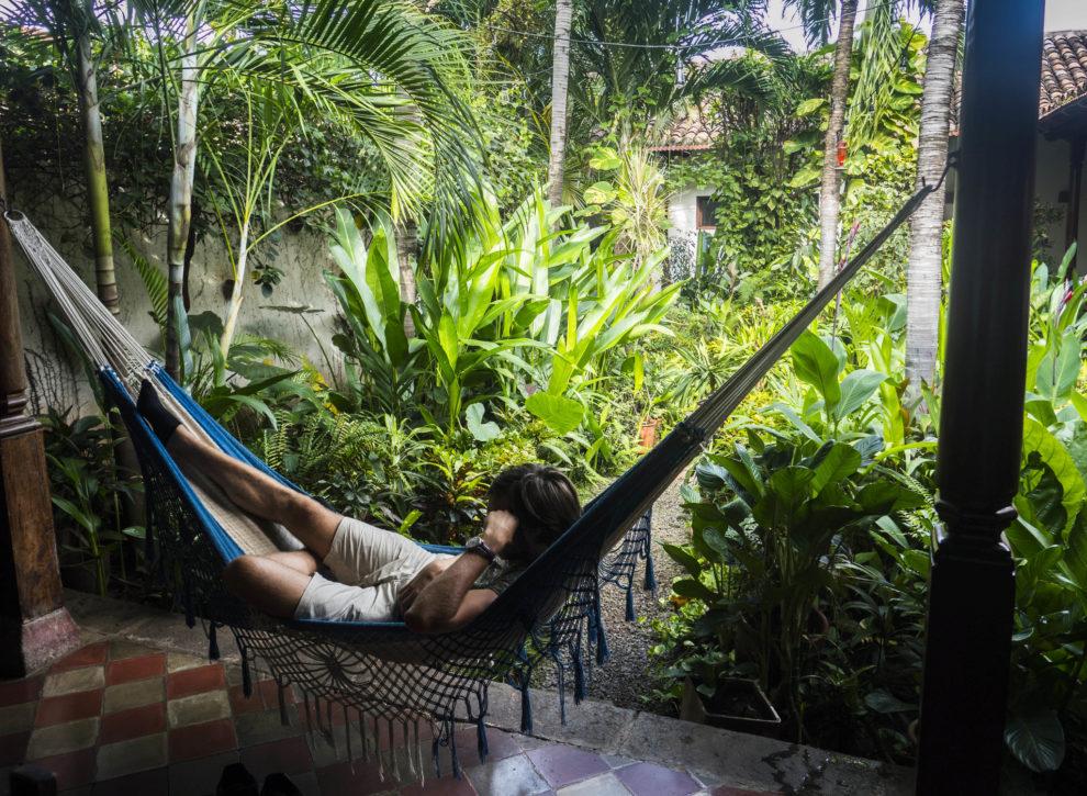 Un viajero se relaja entre plantas en el hotel El Convento de...
