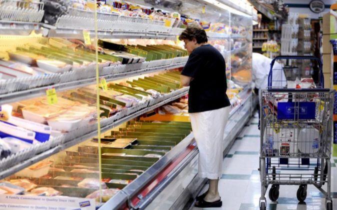Una mujer selecciona productos en un supermercado de Brooklyn (Nueva...