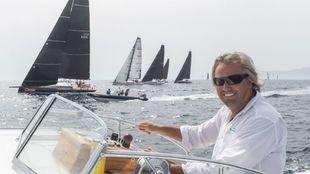 El diseñador Juan K. navegando cerca de una flota de embarcaciones.
