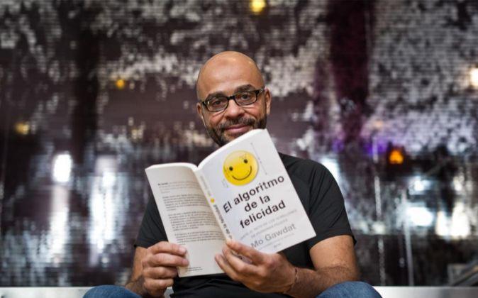 Mo Gawdat posando con su libro 'El algoritmo de la...