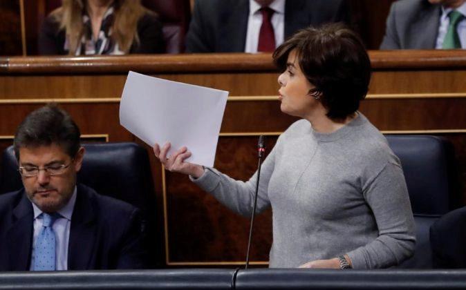 La vicepresidenta del Gobierno, Soraya Sáenz de Santamaría,...