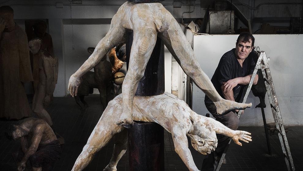 El escultor, 60 años, en su taller con una de las columnas del...