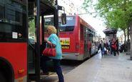 Varios autobuses de la EMT de Valencia en una parada.