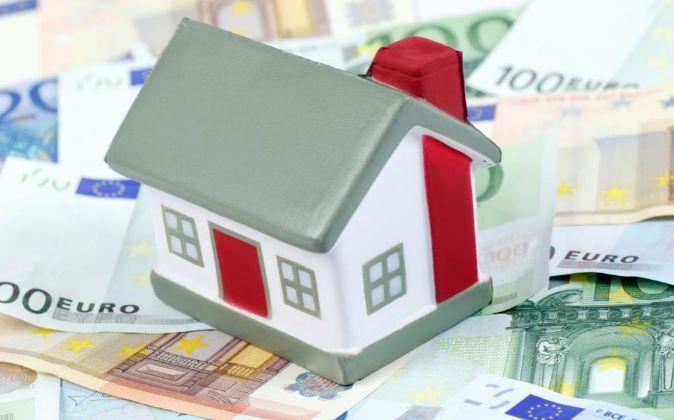 Maqueta de Casa encima de billetes de euro.
