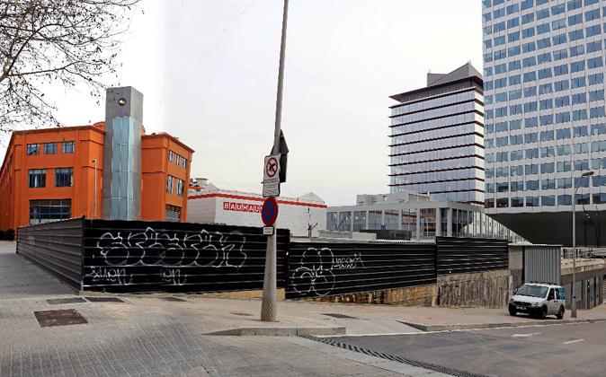 El solar donde se construirá el hotel, junto a una de las torres...