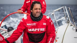 El navegante Joan Vila, a bordo de la barco Mapfre.| Ugo Fonolla
