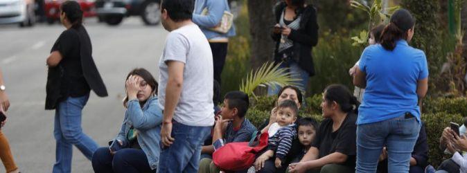 Un grupo de gente espera en la calle tras el seísmo en la Ciudad de...