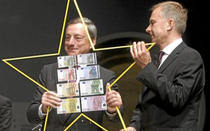 El presidente del Banco Central Europeo Mario Draghi (i) y el...