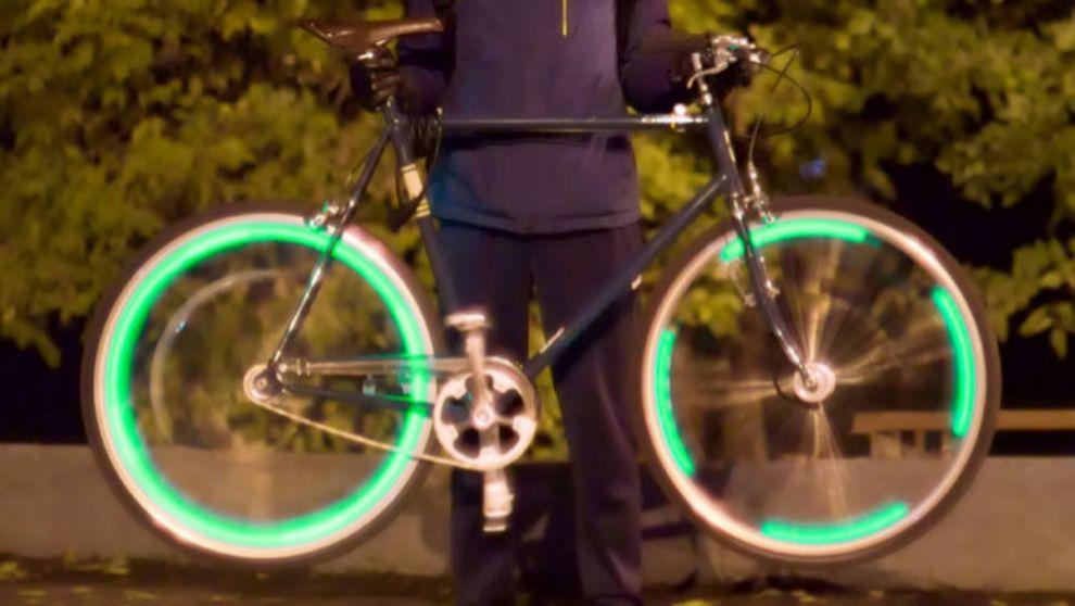 Así de iluminada queda la rueda de la bicicleta, para que puedan...
