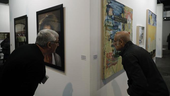 Dos visitantes en la edición de ARCOMadrid del año pasado.