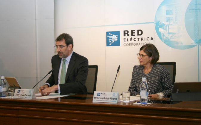 El consejero delegado de Red Eléctrica, Juan Lasala, junto a la...