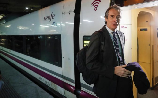 El ministro de Fomento, Íñigo de la Serna, antes de emprender viaje...
