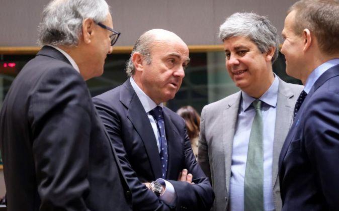 El ministro español de Economía, Luis de Guindos (2º izq), recién...