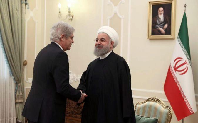 El ministro de Asuntos Exteriores, Alfonso Dastis, con el presidente...