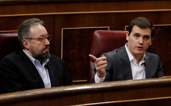 El presidente de Ciudadanos, Albert Rivera (d), junto al portavoz...