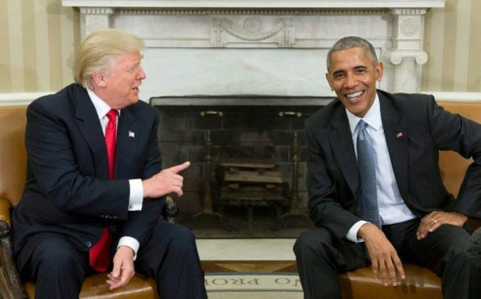El presidente de los Estados Unidos, Donald Trump y su predecesor,...