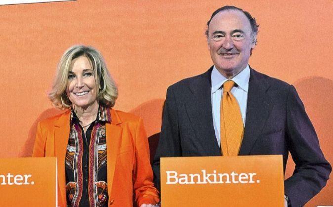 María Dolores Dancausa, consejera delegada de Bankinter, y Pedro...