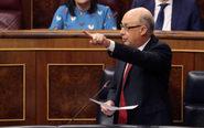 El ministro de Hacienda, Cristóbal Montoro, responde ayer una...