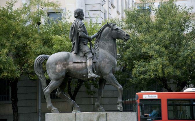 La estatua ecuestre del conquistador Hernán Cortés en Cáceres,...