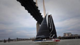 El trimarán Maserati entrando en Londres por el río Támesis en el...