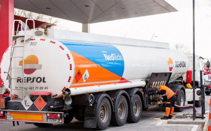 Camión cisterna descargando en gasolinera