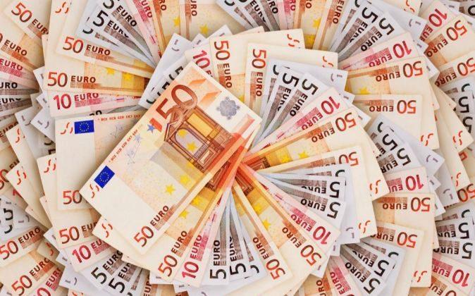 Billetes de euros en espiral.