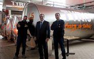 Gonzalo Pablo Serratosa y Dani Vara con las cubas de la factoría de...