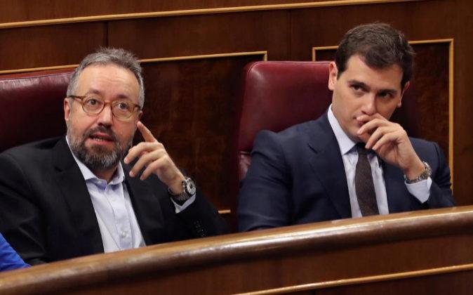 El líder de Ciudadanos, Albert Rivera (d), y el portavoz de la...