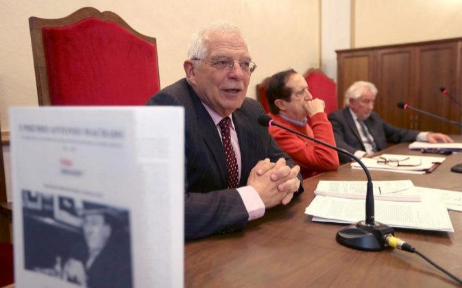 El exministro, Josep Borrell (i), con el presidente de la Fundación,...