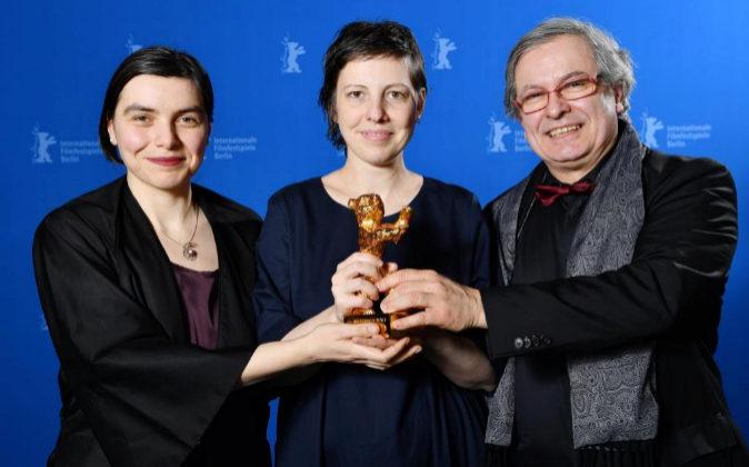 Bianca Oana, Adina Pintilie and Philippe Avril (L-R), posan con el Oso...
