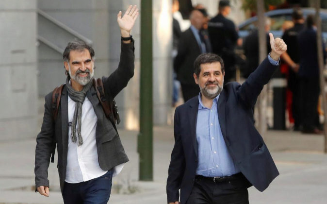 En la imagen, Jordi Sànchez, d., y Jordi Cuixart, iz..
