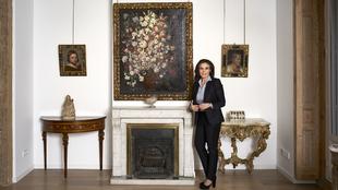 Carmen Reviriego, 52 años, fotografiada entre dos pequeñas obras de...