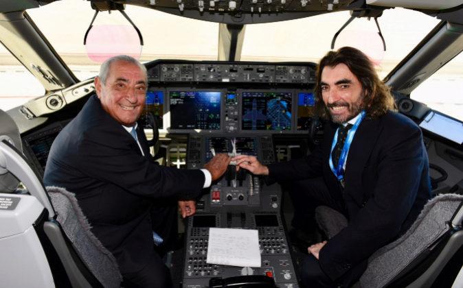 Juan José Hidalgo, junto a su hijo Javier Hidalgo, presidente y...