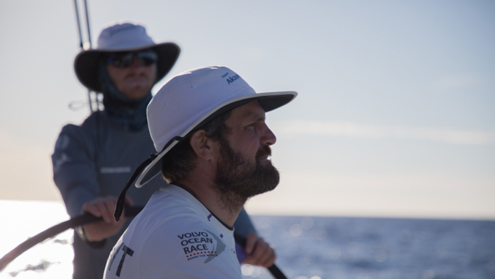 El patrón Simeon Tienpont, del team AkzoNobel, disputando la etapa 6...